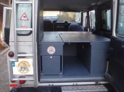 aménagement en version petit raid couchage intérieur le frigo passe au milieu