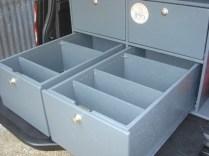 vue arrière de l'aménagement, tiroirs avec coulisse sortie simple galet roulement à billes charge 100kg. Tiroirs avec séparations amovibles.