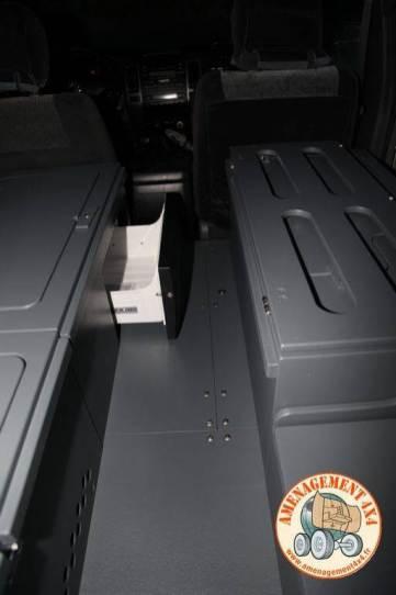 frigo tiroir 20 litres a gauche et plancher et caisson rangement avant droite démontable pour remettre en place le siège en gardant l'aménagement