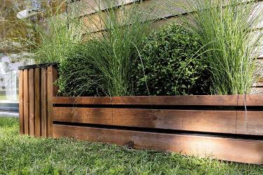 jardin avec des bordures en bois