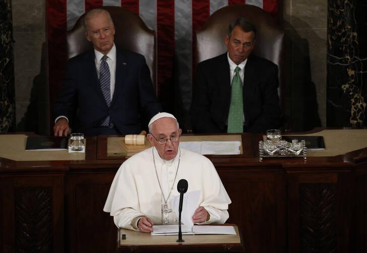 Francisco se dirige a una reunión conjunta del Congreso de Estados Unidos como el vicepresidente Joe Biden (izquierda) y el Presidente de la Cámara, John Boehner, en mirar en la Cámara de Representantes Cámara en el Capitolio en Washington el 24 de septiembre de 2015. (SNC foto / Paul Haring)