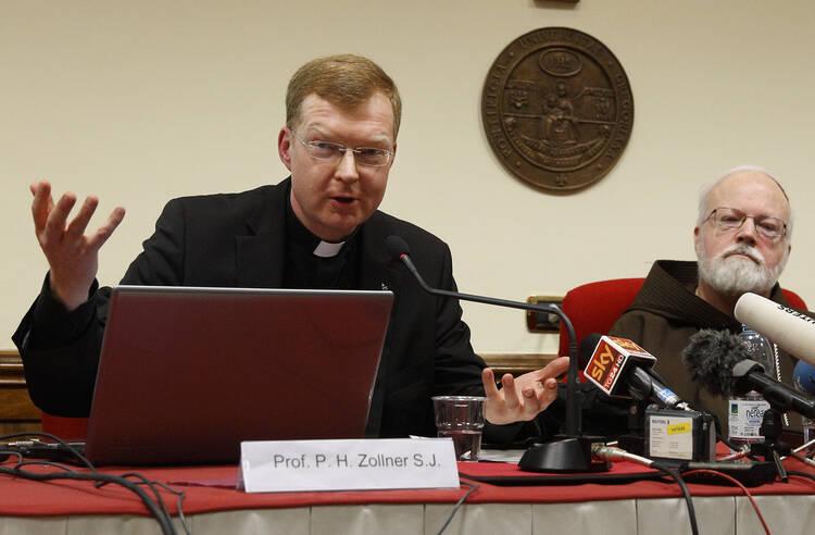 El padre jesuita Hans Zollner, presidente del Centro de Protección Infantil en la Universidad Pontificia Gregoriana de Roma, habla en una conferencia de prensa el lanzamiento oficial de la central 16 de febrero, 2015 (CNS foto / Paul Haring).