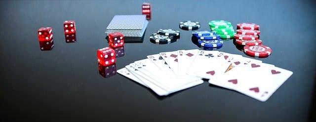 bermain kartu, dadu, dan chip poker di atas meja