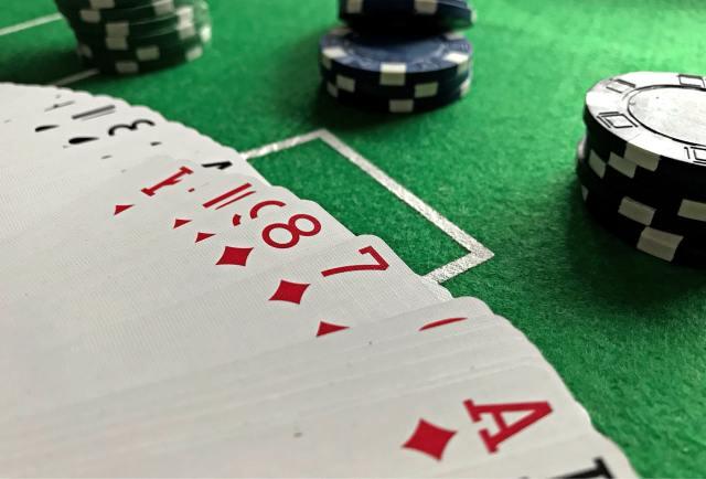 meja poker dengan kartu dan chip