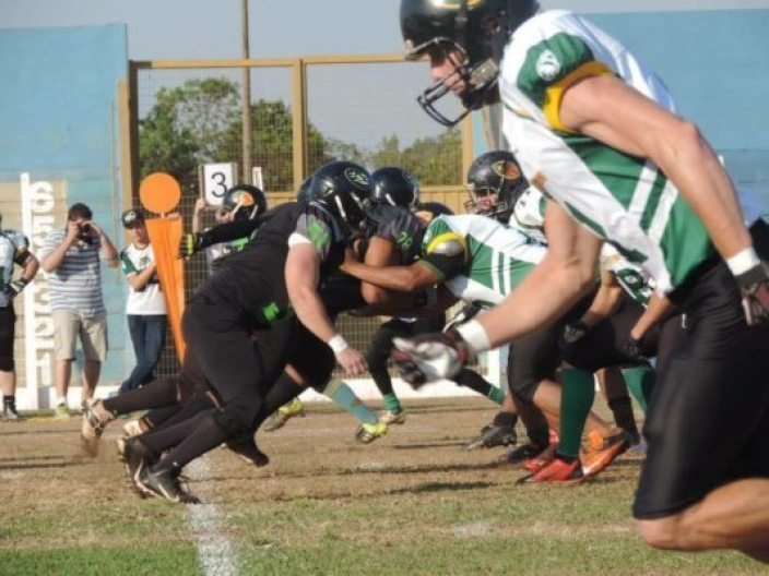 Above: Cuiaba Arsenal WR, (waiting on name), gets off The line Against The Predadores In Campo Grande, Mato Grosso do Sul. foto credit: Nelson Corrales