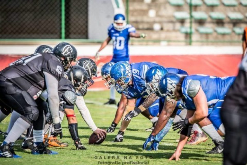 above: The TdC defensive line will need to come up big if they are to escape Estadio Caninde with a playoff victory. Photo Credit: Galera na Photo