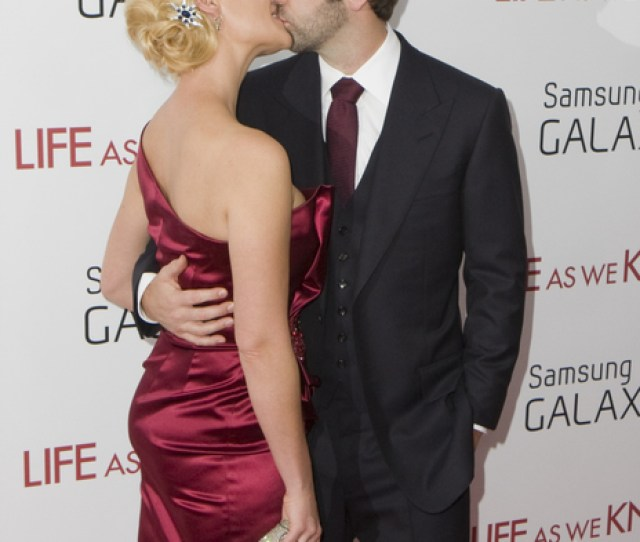 Katherine Heigl And Josh Kelley Pictures Katherine Heigl And Josh Kelley Kissing At The Life As We Know It Movie Premiere Held At The Ziegfeld Theatre On