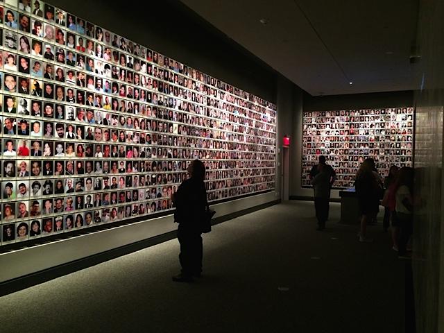 Die Portraits der Toten füllen vier Wände