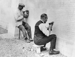 Gravure des noms des soldats sur le socle du monument commémoratif du Canada à Vimy