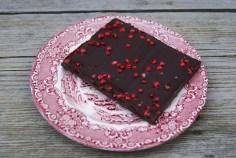 Pure chocolade met roze pepertjes. Beetje vreemd, maar uiteindelijk wel lekker. Vooral de nasmaak. Even doorbijten noemen ze dat.