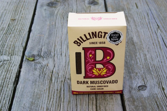 """Dark Muscovado Sugar - Billington's Ik ben dol op mooie verpakkingen. Suiker zit doorgaans in saaie zakken. Aan dit doosje is aandacht besteedt. """"Voegt smaak toe, in plaats van alleen maar te zoeten."""" Om Hidde's biercake mee te maken. Biercake? Biercake!"""