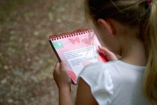 Mirthe leest de eendenopdracht voor