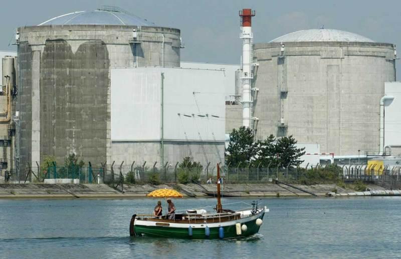 En pleine canicule de 2003, le bâtiment abritant le réacteur de la centrale de Fessenheim était arrosé à l'eau froide pour éviter que la température intérieure n'atteigne les 50°, seuil au dessus duquel le réacteur aurait dû être stoppé - Photo Archives L'A.M.I.