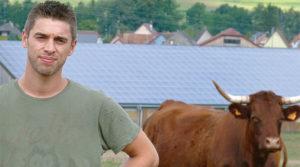 Jean-Louis Mona a fait installer des panneaux photovoltaïques sur le toit de la grange. Photo GT