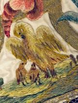 Particolare del ricamo (copripisside), con pellicano che si ferisce il petto per nutrire i suoi piccoli (simboleggia il sangue che Cristo ha sparso per noi per salvarci).