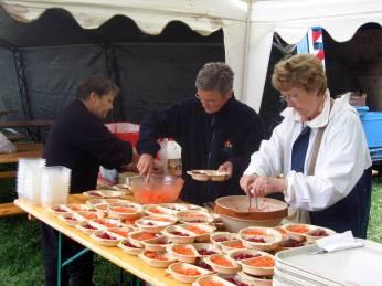 Les bénévoles préparent le repas