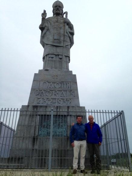 Au pied de Saint Patrick avec Jacky B. qui m'accompagne entre Downpatrick et Killenchee