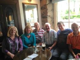 Retrouvailles et rencontre autour d'une Guiness avec Violet (journaliste), Deborah (maire de Bangor), Fred, Jacky H. et Jacky B. (Chevaliers de Saint Colomban)