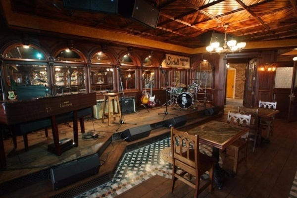 Iowas Most Expensive Listing Has An Irish Pub Inside