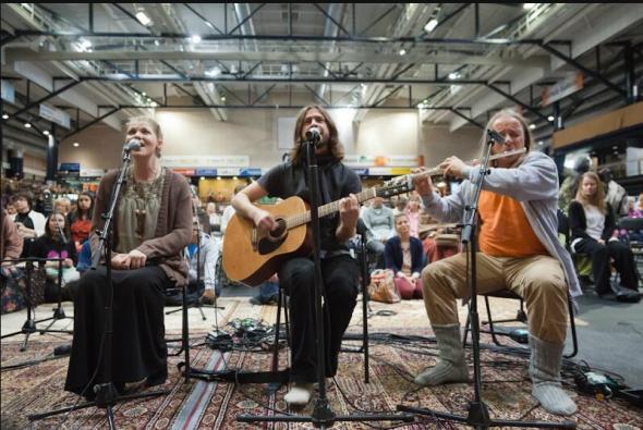 להקה מקומית בפינלנד שרה לאמה בזמן שהיא מחבקת
