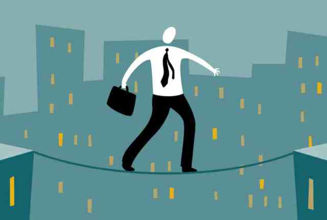 tightrope-business-man النصيحة الذهبية في الإستثمار: خاطر برأس المال الذي تتحمل خسارته فقط