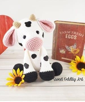 Cuddle Me Cow amigurumi pattern - Amigurumi Today | 359x300