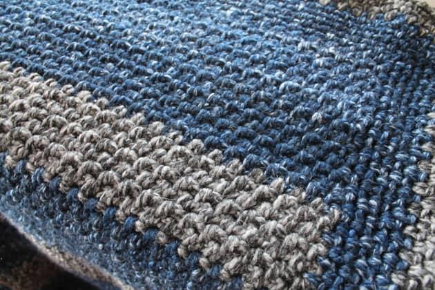 Cobertor de crochê de lã listrada grande padrão livre para iniciantes -amorecraftylife.com Afegão de crochê de fio super volumoso - padrão de crochê para impressão gratuita - lã de marca de leão - fio grosso e rápido # crochê #crochetpattern #freecrochetpattern