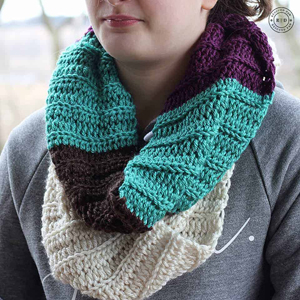 free infinity scarf crochet pattern - easy  scarf pattern - amorecraftylife.com
