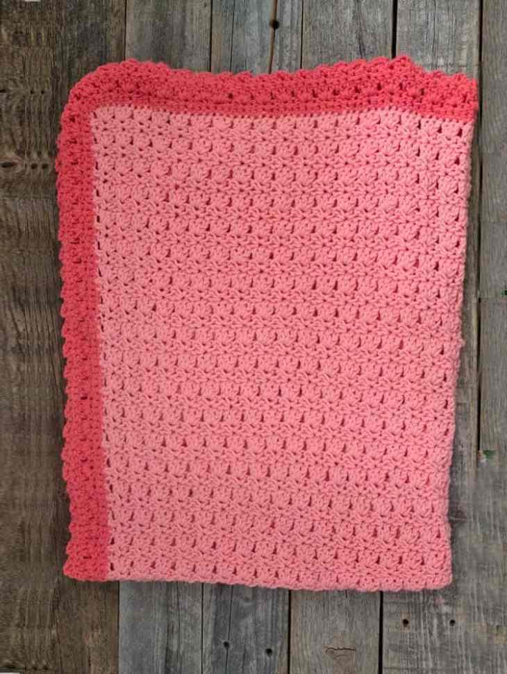 Make this soft free crochet baby blanket pattern. - worsted weight gauge 4 - amorecraftylife.com - free printable crochet pattern - bernat bundle up yarn #crochet #crochetpattern #freecrochetpattern