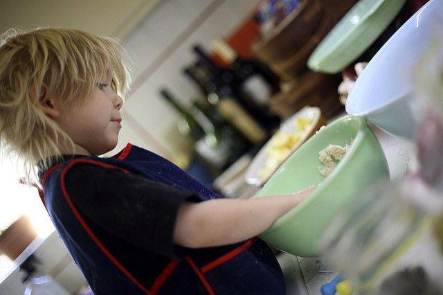 Un niño cocinando