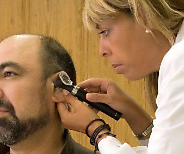Amparo Soriano realizando una otoscopia