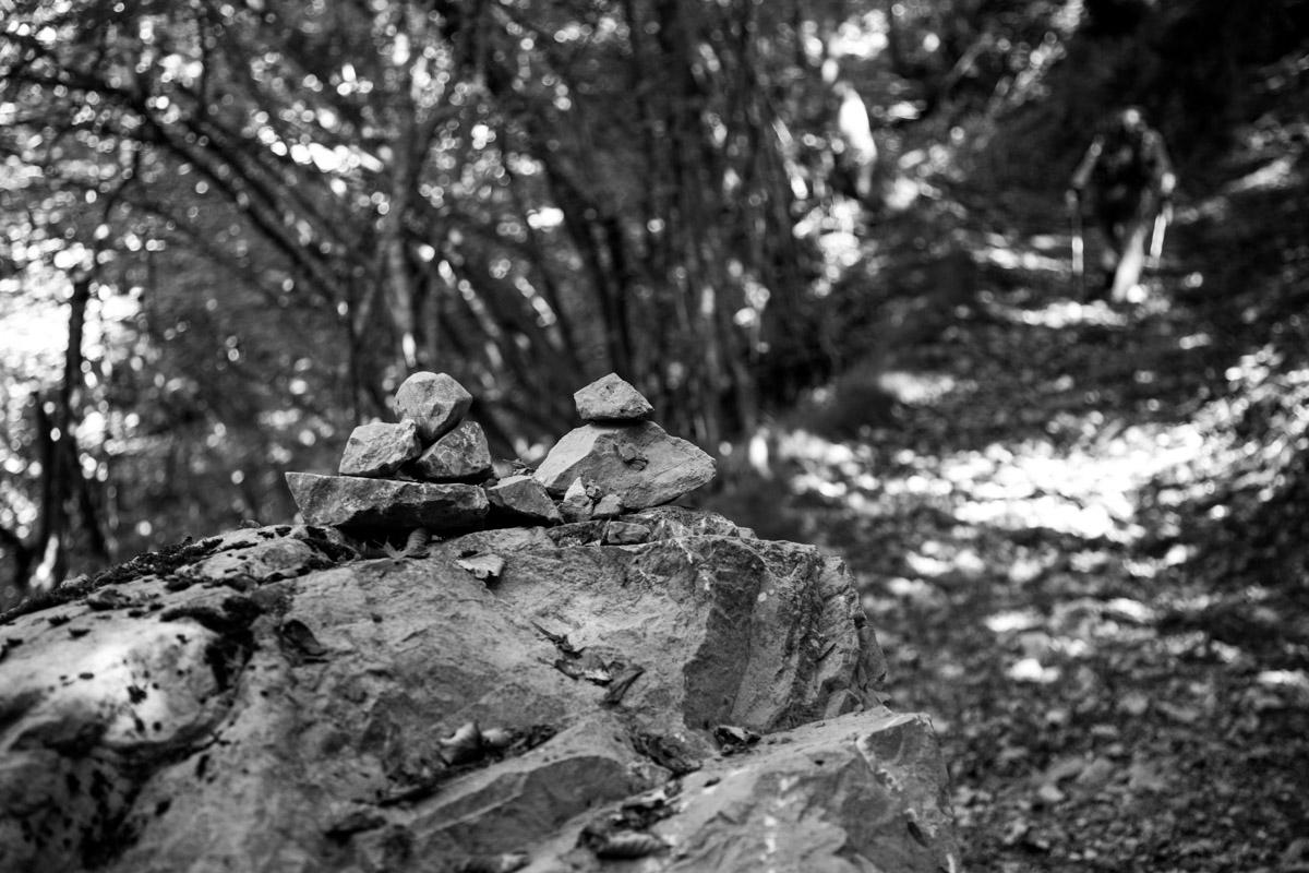 Omini di pietra sul sentiero