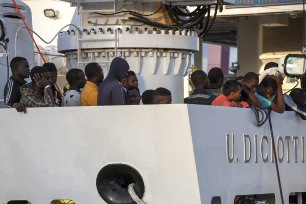 Italy: Coast Guard ship brings over 1,000 migrants