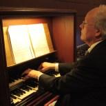 Organist Hans Jütte die lange tijd zijn muzikale diensten bewijst. We zijn hem dankbaar!