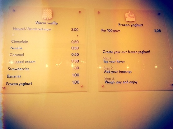 "This is how the menu of frozen yoghurt shop ""Het is Koel"" looks like."