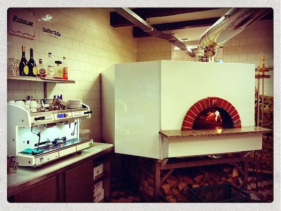 Restaurant Da Portare Via, the best pizzeria in Amsterdam's Red Light District!