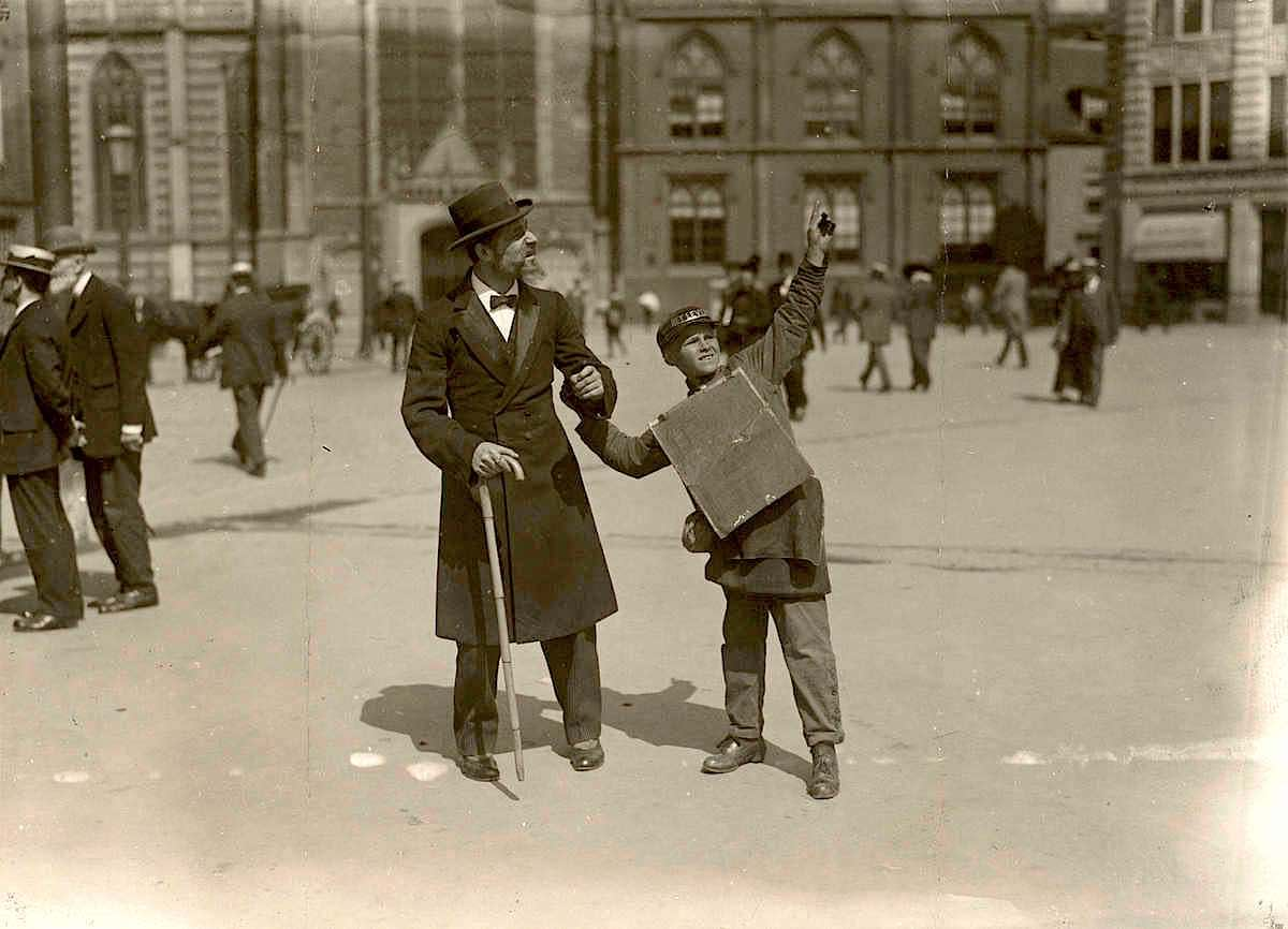 Amsterdam in 1916. A street comedian on Dam Square