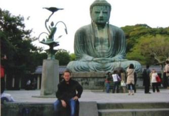 Christian Ganot devant le Daibutsu, à kamakura 1ère ville Chogunale au sud de Tokyo