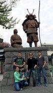 Devant une statue de Samouraï