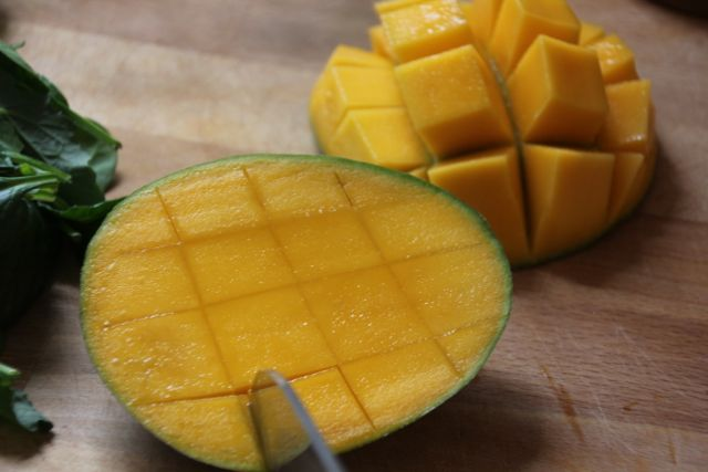 cutting a mango how to