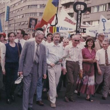 Mars si miting comemorativ la 5 ani de la mineriada din iunie 1990 (14 iunie 1995). În primul rând, lideri ai Conventiei Democrate