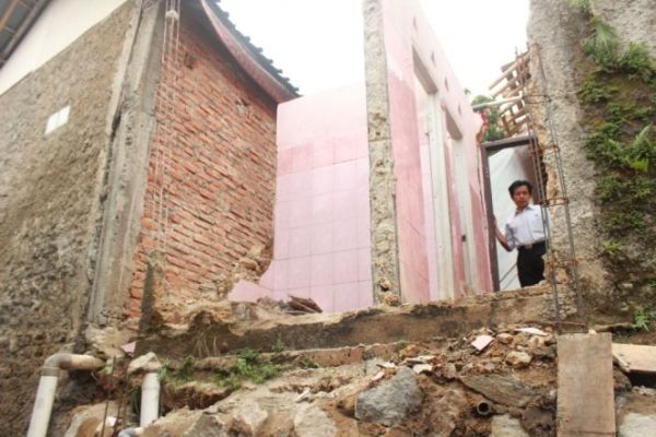 Rumah Pak Bakri roboh akibat longsor.