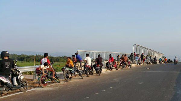 Cara ngabuburit terbaru: Nongkrong di jembatan via pikiran-rakyat