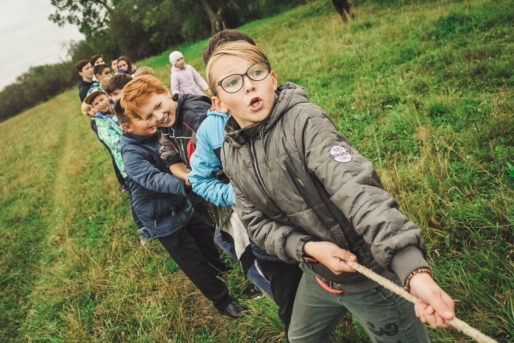 Crianças aprendem a cooperação em jogos e outras atividades lúdicas.