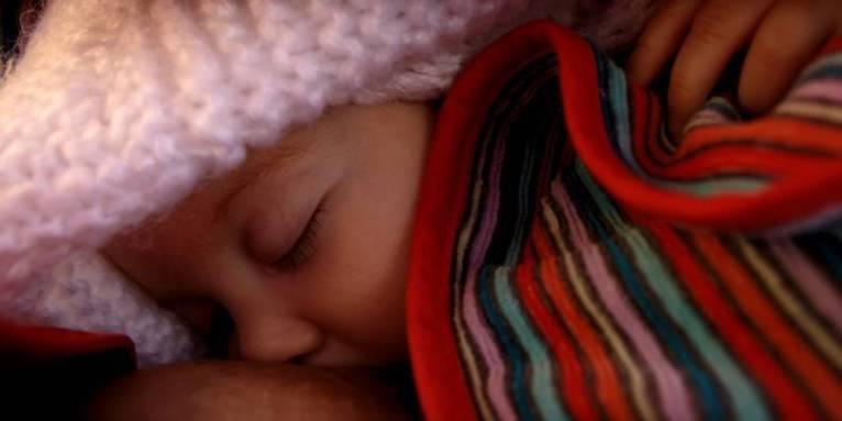 Alimentar a los bebés durante la primera hora de nacimiento disminuye 22% las muertes neonatales