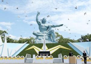 Palomas vuelan alrededor del monumento del Parque Memorial de la paz durante la Ceremonia conmemorativa del ataque / Foto: AFP