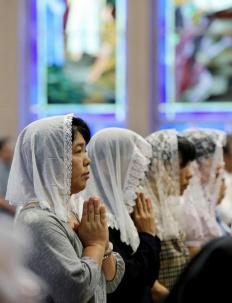 Cristianos rezan por las víctimas de Nagasaki en la catedral Urakami, Japón / Foto: AFP