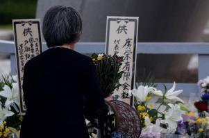 """Una mujer ofrece flores el 6 de agosto, fecha en la que Estados Unidos lanzó la bomba nuclear """"Little Boy"""" sobre Hiroshima / Foto: EFE"""