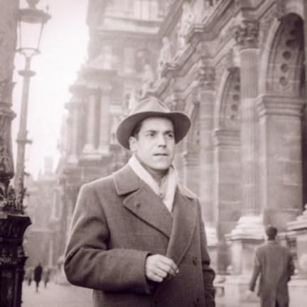 Carlos Cruz-Diez frente al Musée du Louvre, París (1955)