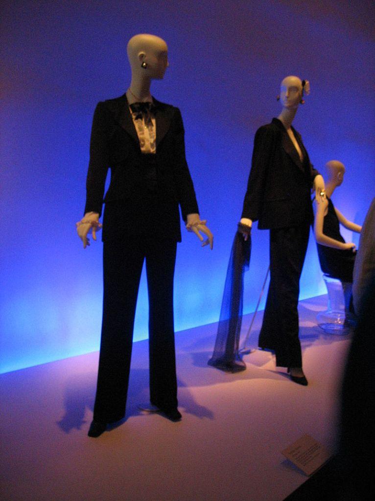 Exhibición de esmoquin femenino en el Museo de Young en San Francisco